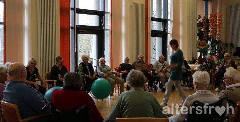 Sportgruppe im Saal der Pflegeeinrichtung