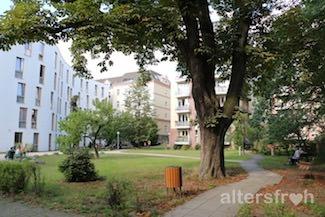 Die parkähnliche Gartenanlage im Pflegewohnheim Schillerpark in Berlin Wedding