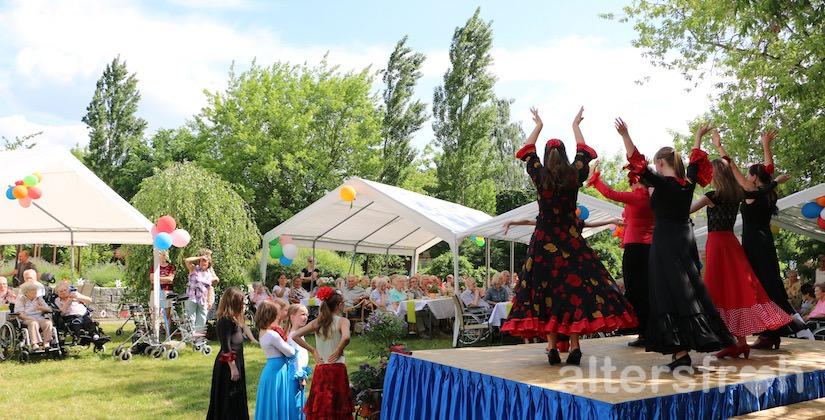Tanzgruppe beim Sommerfest 2016 im DSG Pflegewohnstift Babelsberg in Potsdam