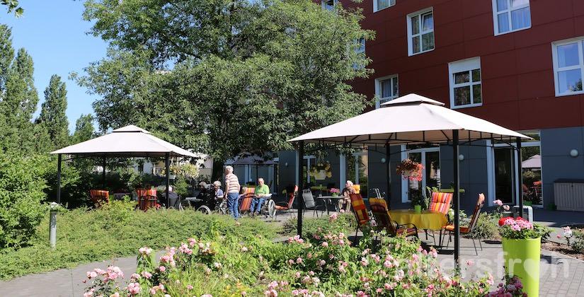 Blick in den sommerlichen Garten des Pflegewohnstifts City-Quartier in Potsdam