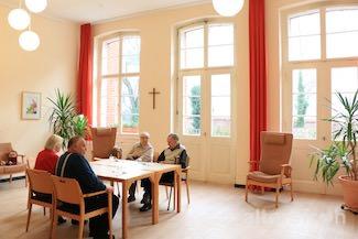 Das Wohnzimmer der Tagespflege im Evangelischen Geriatriezentrum Berlin