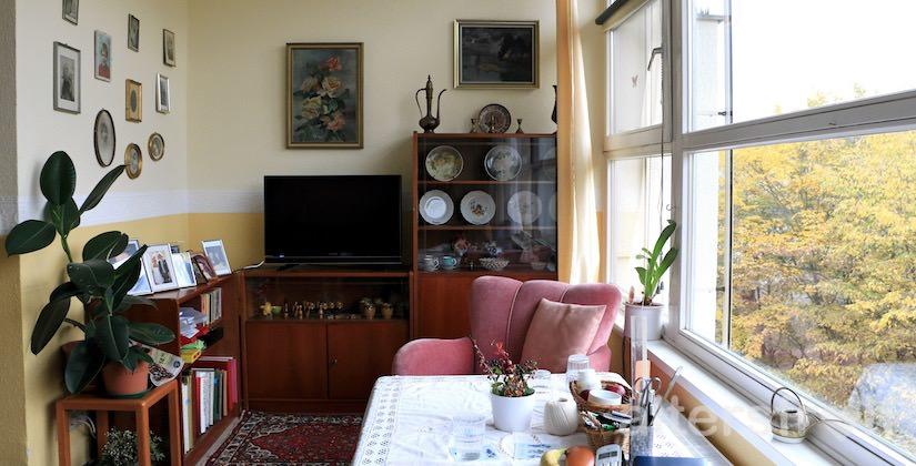 Blick in ein gemütliches Bewohnerzimmer im Vitanas Senioren Centrum Rosengarten in Berlin Lankwitz
