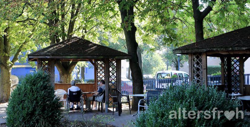 Pavillons im Garten des Vitanas Senioren Centrums Rosengarten in Berlin Lankwitz