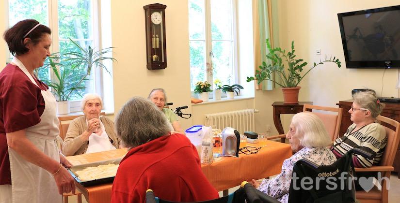 Gruppenaktivität im Pflegewohnheim des Evangelischen Geriatriezentrums Berlin
