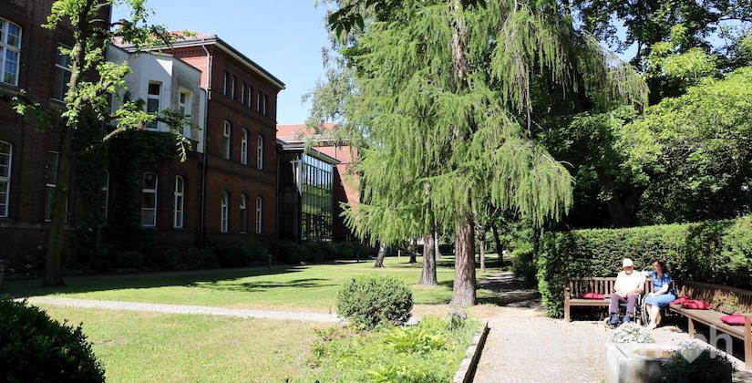 Sitzecke im Garten des Pflegewohnheims des Evangelischen Geriatriezentrums Berlin