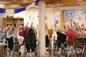 Gymnastik in der Tagespflege im Seniorenzentrum Haus am Park in Berlin Pankow