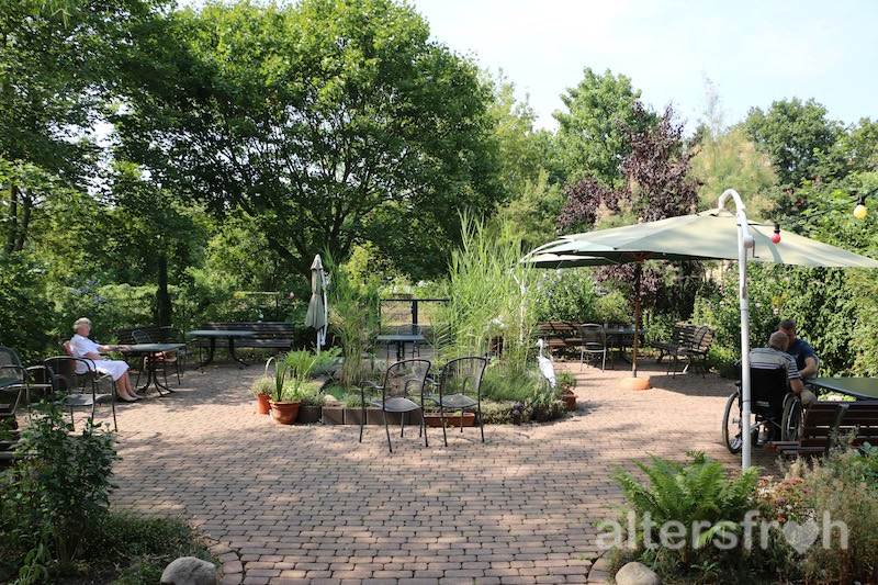 Im Garten Gibt Es Eine Große, Gepflasterte Terrasse  - Altersfroh